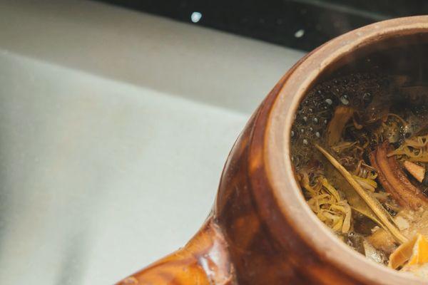 凉茶是药;药不能乱吃;所以凉茶不能乱饮。生痱滋也好、牙痛也罢,其实在中