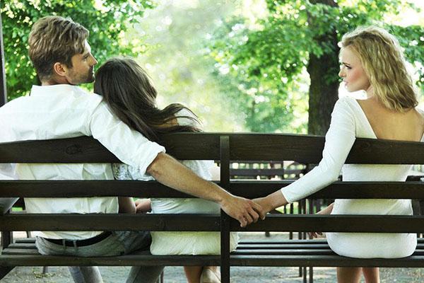 脚踏两条船的男人心理 爱你还是玩你一定要分清楚