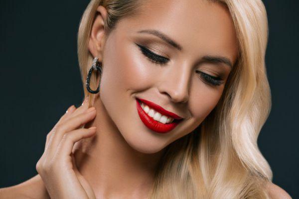 如何化妆让眼窝变深邃 眼妆画法步骤让你的眼睛变得更大