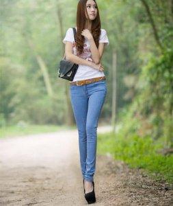 穿着紧身牛仔裤出现在街头 优雅流行展现魅力气质 气场全开