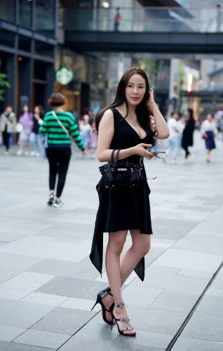 成熟型的小姐姐 身穿黑色V吊带连衣裙 柔美之态尽显女人味