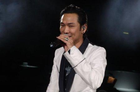 曾是华语乐坛的天王 低谷时靠商演为生 今复出半个演艺界支持