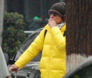 陈羽凡戒毒后首露面 烟瘾大犯豪车内解馋 手臂上的纹身很扎眼