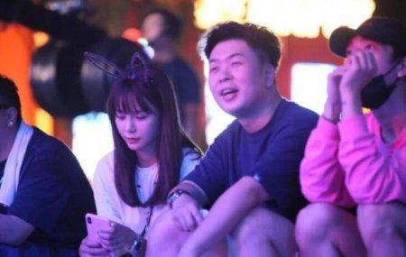 杜海涛沈梦辰现身 两人坐在广场地上非常接地气