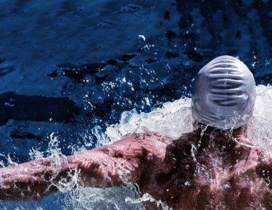 夏天怎么游泳 教你游泳的时候身体怎么不往下沉