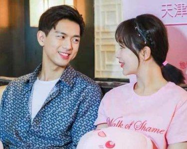 杨紫李现穿情侣装 两人甜蜜互动再秀恩爱