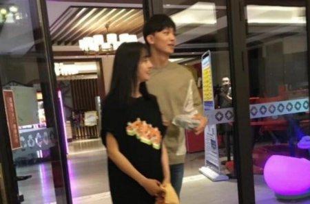 郑爽与男友录综艺 两人有说有笑牵手逛街十分甜蜜
