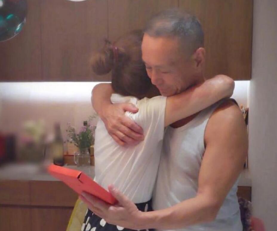 Selina和爸爸拥抱