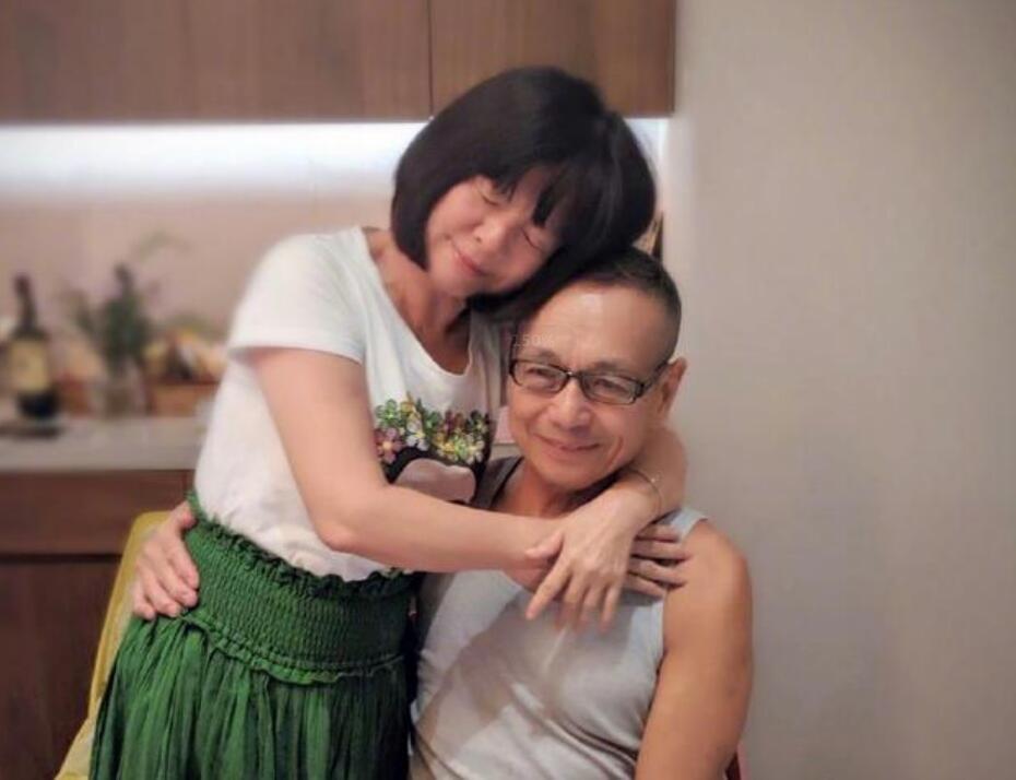 任妈和任爸拥抱