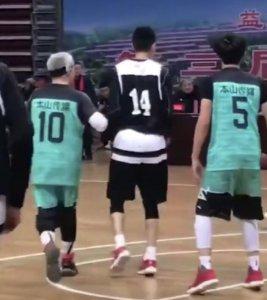 赵本山戴发带打篮球 快速追着球跑身体很硬朗