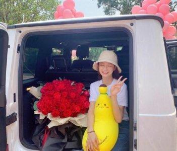 杜海涛疑求婚成功 沈梦辰手捧鲜花洋溢着幸福的笑容