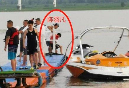 陈羽凡带儿子出游 他身边紧跟一个神秘白衣女子