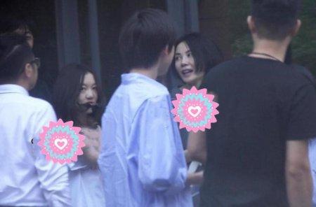 王菲携女儿外出会友 李嫣全程状态慵懒非常冷酷