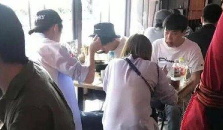 王俊凯日本餐馆被偶遇 打扮普通低调也难掩他的帅气