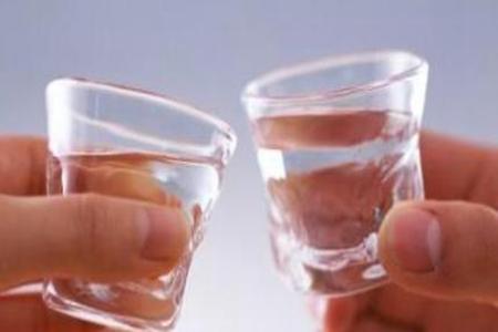 女性假酒中毒症状