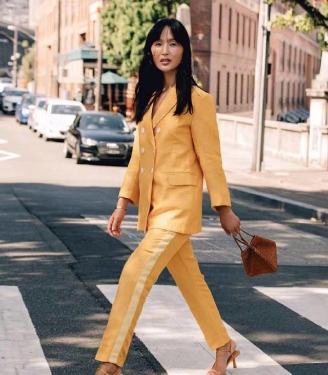 最近西装掀起了一阵时尚新热潮 彩色西装搭配图片女生