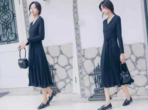 黑色连衣裙 黑色单鞋