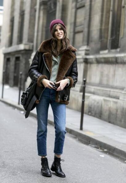 黑色羊羔绒外套 蓝色的牛仔裤 红色帽子