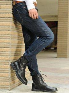 我们首先可以用烟灰色牛仔裤来搭配马丁靴 男士马丁靴配什么裤子好看?