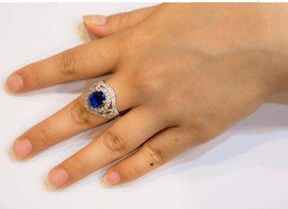 女生左手中指戴戒指什么意思 女生左手(右手)中指戴戒指什么意思