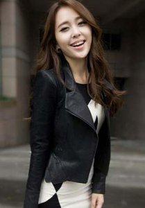 皮衣外套的帅气是毋庸置疑的 黑色短款皮衣搭配什么裙子好看?