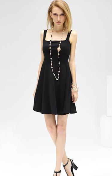 方领吊带黑色小礼裙