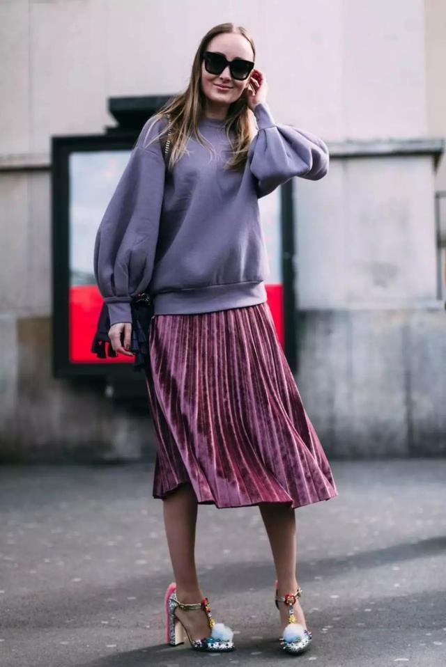 今年超流行卫衣 卫衣和百褶裙可以搭在一起吗?