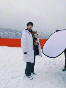 滑雪场偶遇王俊凯 蹲在雪地里与狗狗互动非常有爱