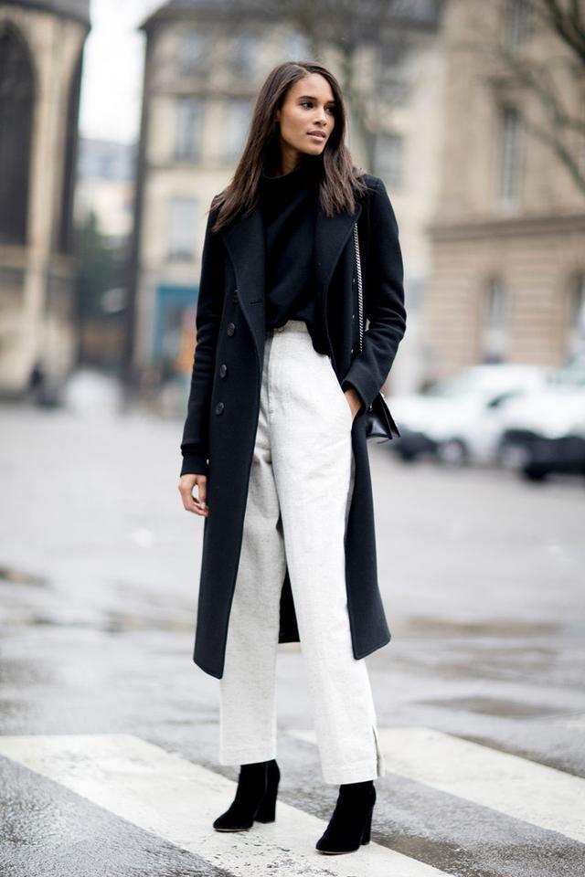 一转眼就到了秋冬时节什么衣服配白裤子好看?