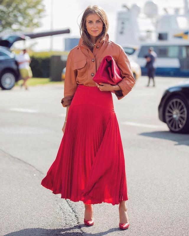 皮衣 红色半身裙