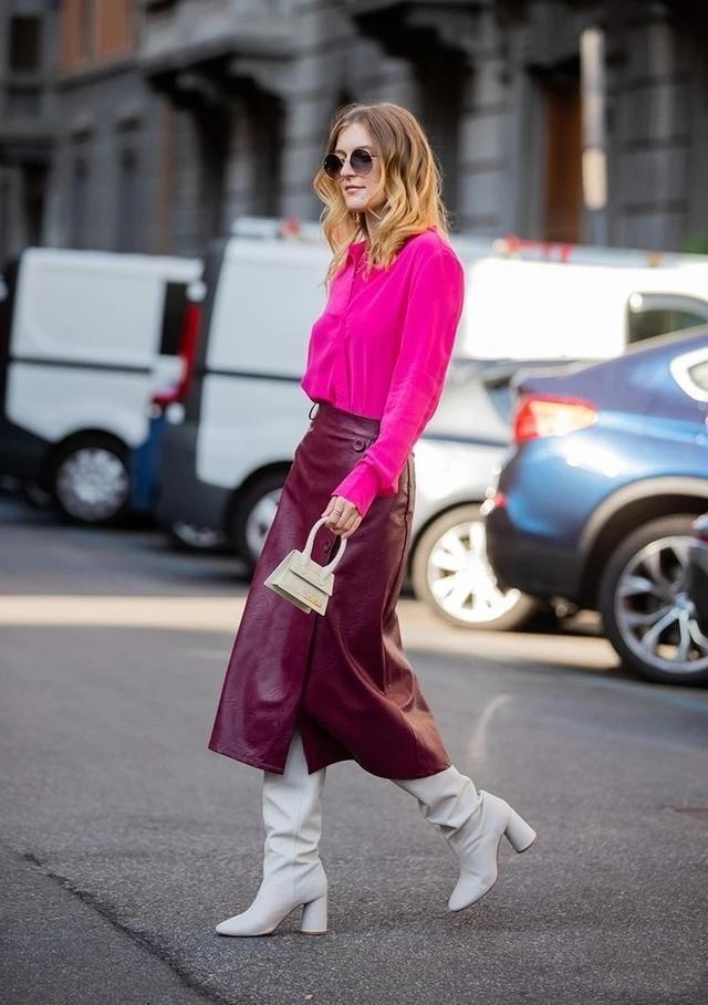 酒红色皮裙 亮粉色衬衫