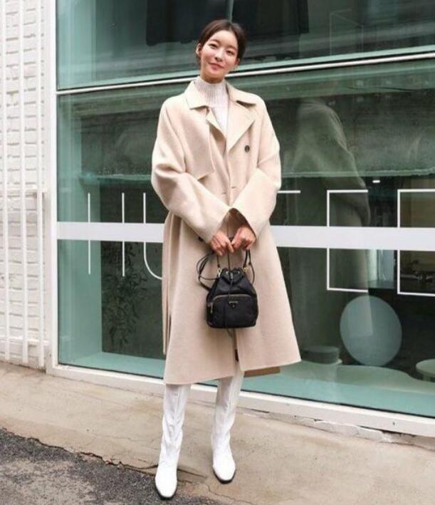 米白色大衣