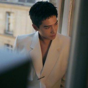 杨洋穿白色真空西装 肌肉紧条若隐若现令人着迷