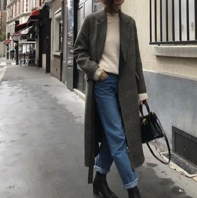 白色打底衫 牛仔裤 灰色呢绒大衣