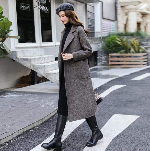 黑色短款上衣 黑裙 直筒大衣