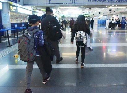 刘涛老公带儿女搭机 三人打扮低调大步流星大长腿吸睛