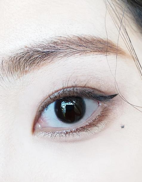 眼部周围的皮肤比较薄嫩