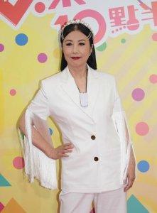 汪明荃穿白西装现身 一举一动尽显霸气女王气质