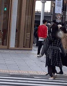王思聪逛街不戴口罩 在日本坚持露出真容人群中显突兀