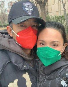 程莉莎郭晓东合影 夫妻红配绿口罩十分吸睛