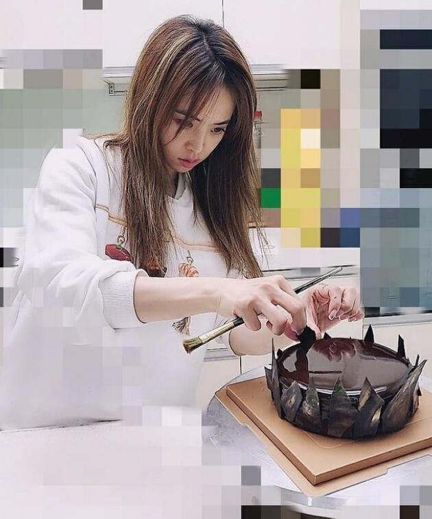 蔡依林系围裙学做蛋糕 有模有样堪称顶级厨师