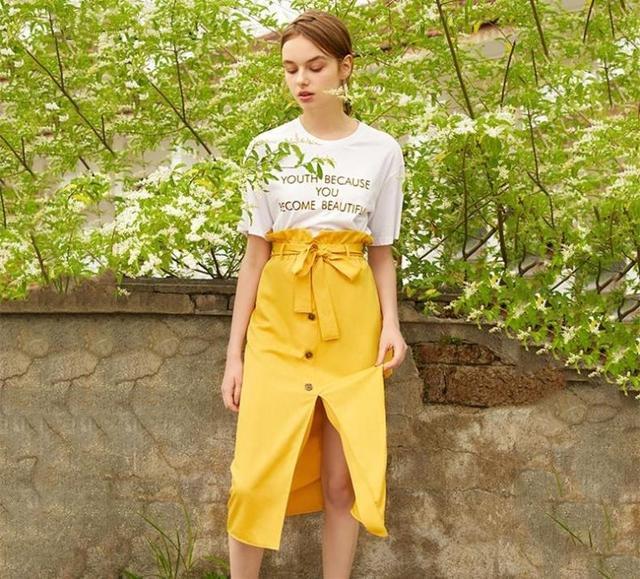白色T恤 黄色裙子