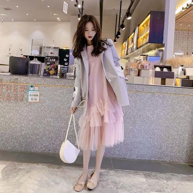 小西装虽然是女生的特定服饰小西装搭配裙子的图片