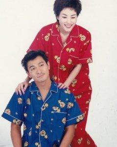 王菲刘德华早年睡衣写真曝光 画风可爱俨然是一对夫妻