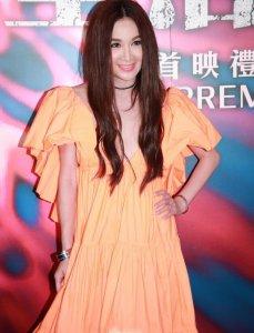 54岁温碧霞卖力宣传新片 穿大露背长裙美艳风情万种