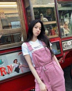欧阳娜娜穿粉色背带 搭配简约白T尽显青春元气