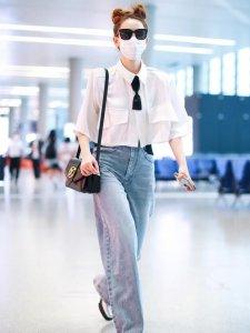 戚薇哪吒头现身机场 时尚减龄简直就是缩小版luck