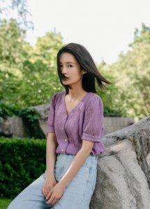 李沁及肩发型清爽利落 穿紫色短袖针织甜美阳光