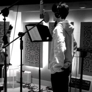 肖战工作花絮 在录音棚内戴耳机录制歌曲帅气有型
