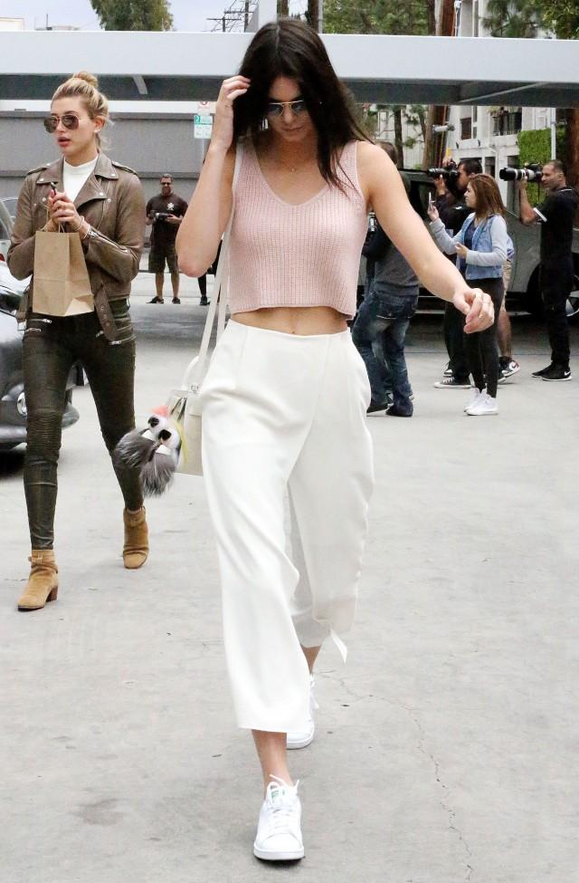 白色裤子怎么搭配上衣有风范又有气场的搭配技巧